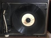Проигрыватель пластинок,  кассет + радиоприемник.