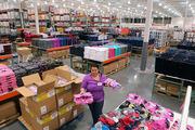 Lucrători la depozite de haine second-hand. Polonia